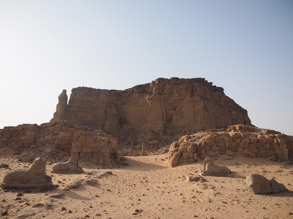 ヌビア王朝の聖地ジュベル・バルカルとアムン神殿の遺構。