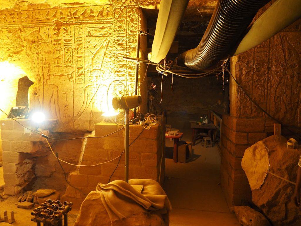 発掘調査中の岩窟神殿の中も見せてもらう事が出来ました。