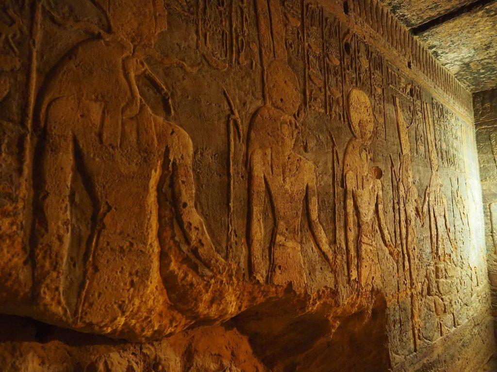 壁面に彫り込まれているものもあれば、浮かし彫りのものも。