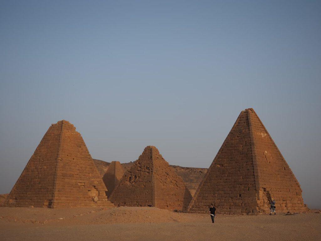 少し離れた場所に建つピラミッド群