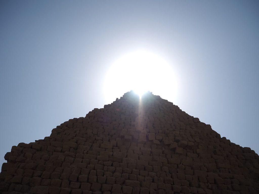 ピラミッドの頭上から太陽が差し込んできました。とにかく暑い!