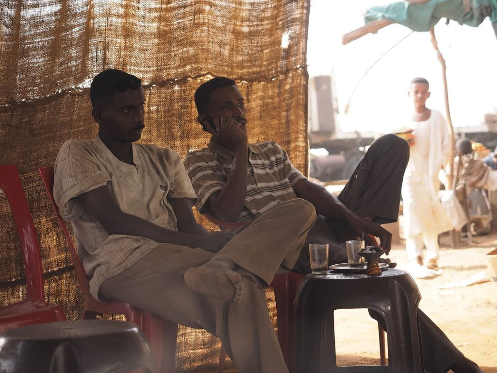 お茶屋はローカルの社交場。地元の人達との会話も楽しみです。