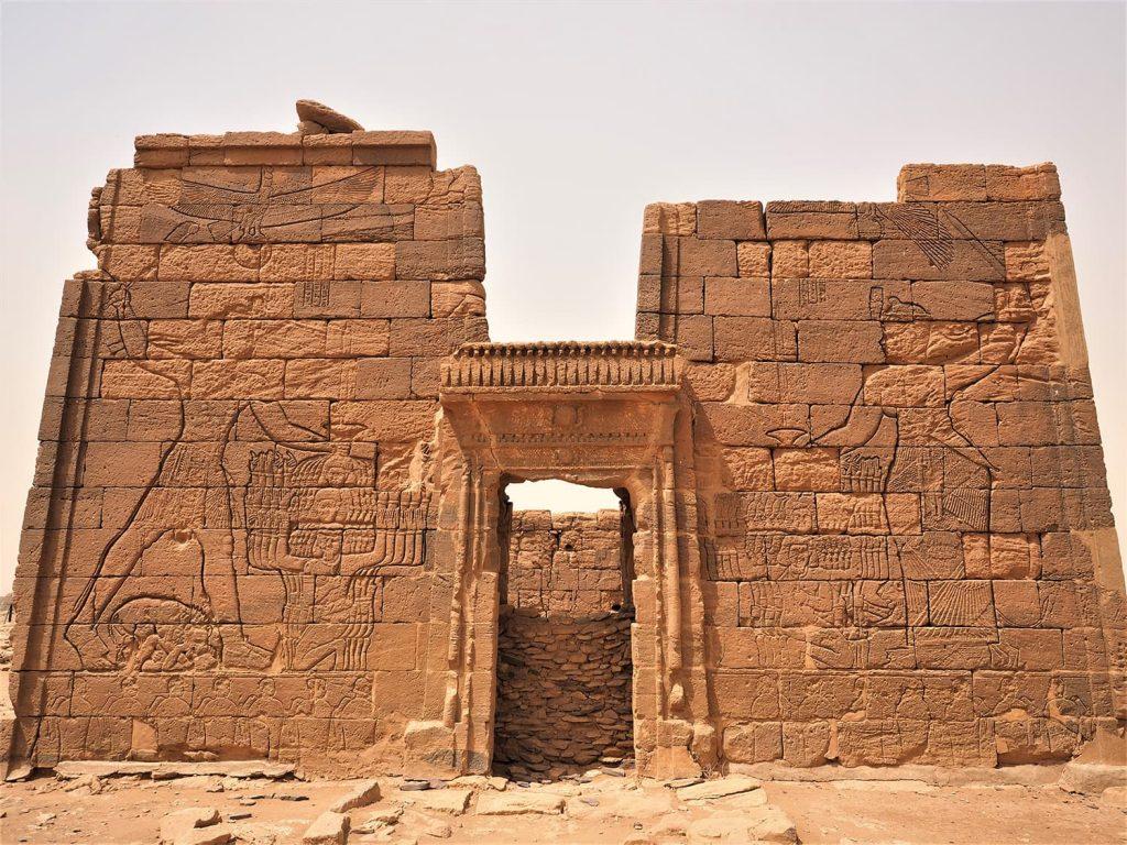 同じくメロウェ王朝時代のナガ神殿の遺跡を見学。迫力あるレリーフ。