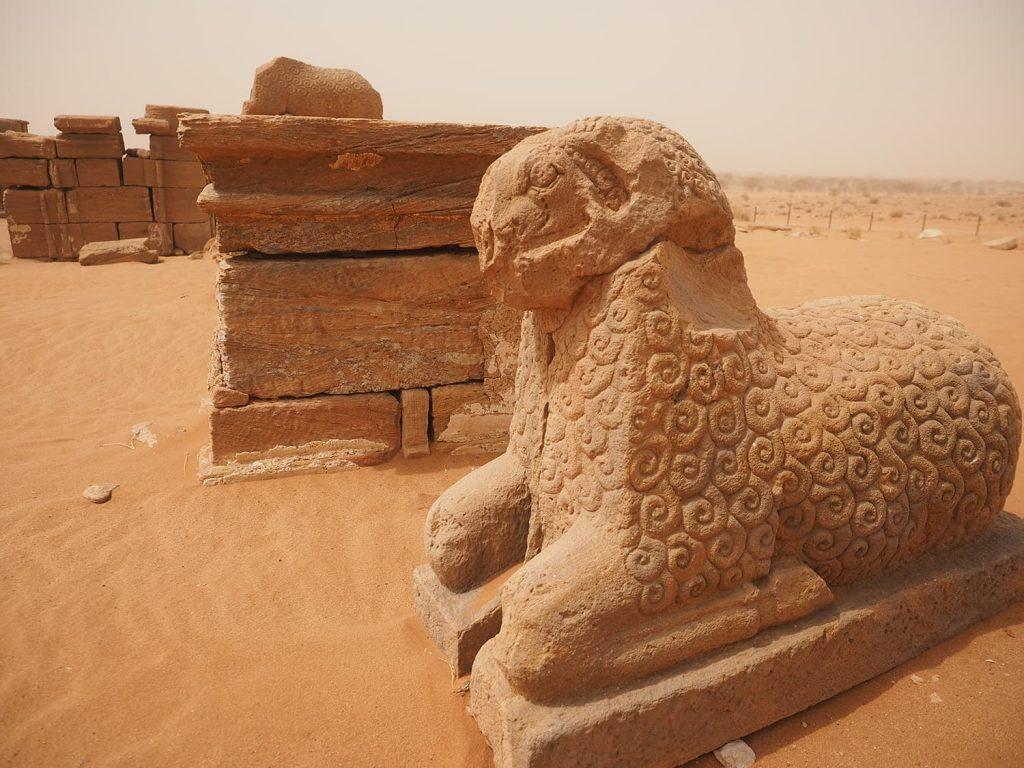 アムン神の化身である羊。身体が渦巻き模様に表現されるのが後期メロウェ時代の特徴です。