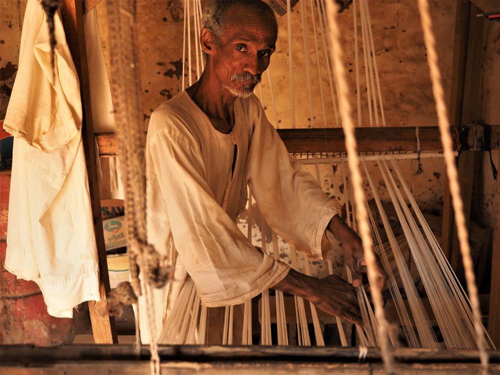 途中に立ち寄った貿易都市シェンディの街のコットン織りのお爺さん