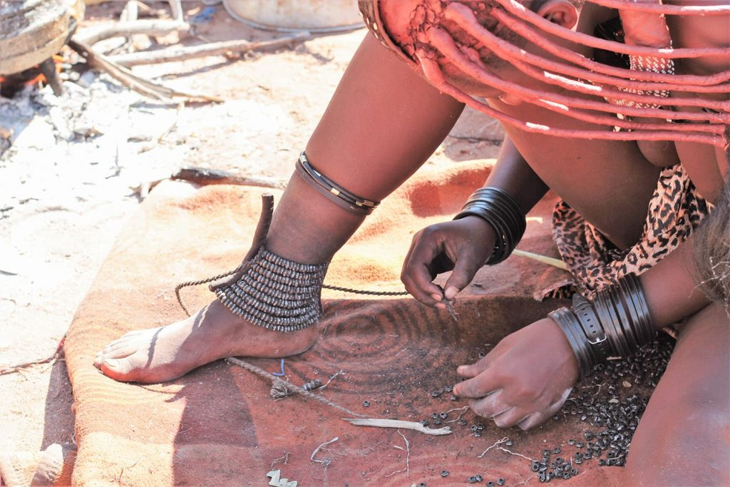 足首のアクセサリは蛇に噛まれないための装飾1