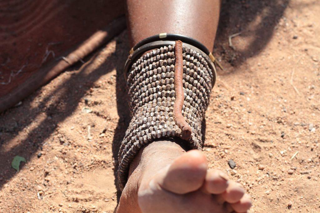 足首のアクセサリは蛇に噛まれないための装飾2