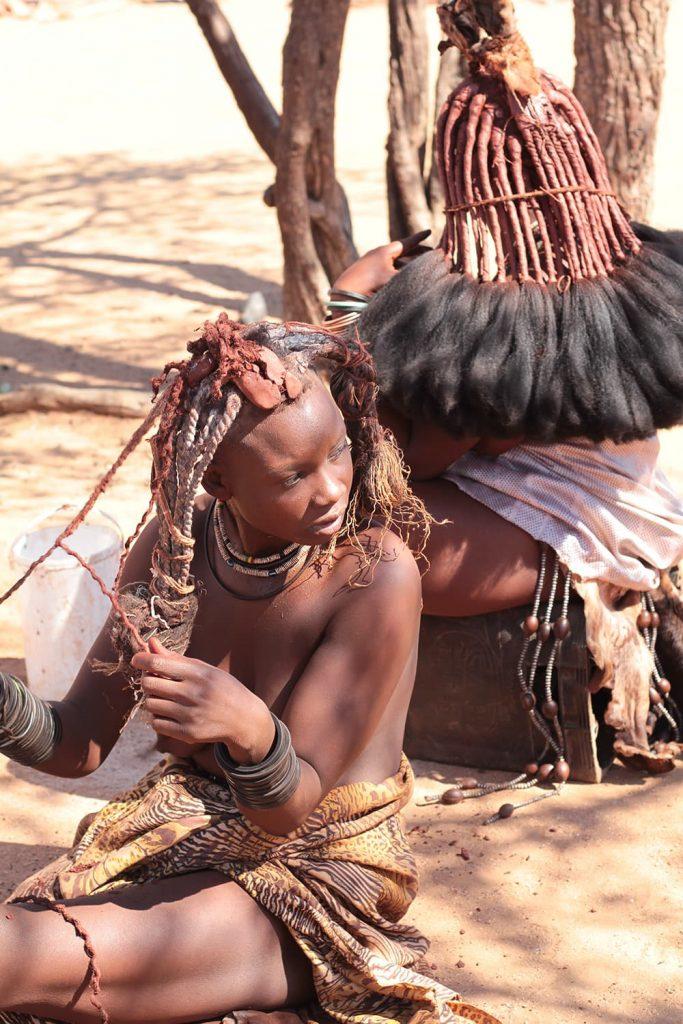 女性は年齢や婚姻状況により髪型や装飾が変わります。1