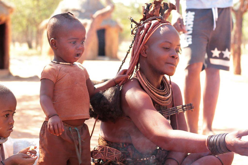 女性は年齢や婚姻状況により髪型や装飾が変わります。2