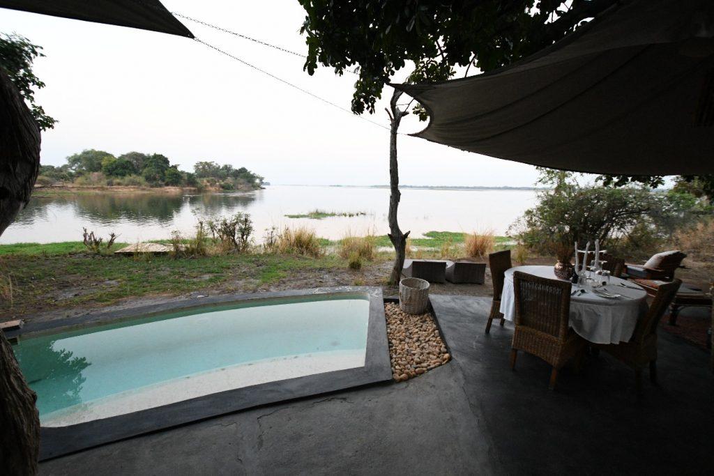 ロッジの部屋付きプールとダイニング、ザンベジ川を望む