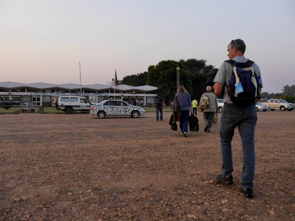 サウスルアングワ近くのムフエ空港、大統領選挙の選挙カー