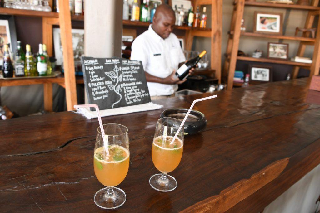 バーでは高級酒以外は飲み放題です
