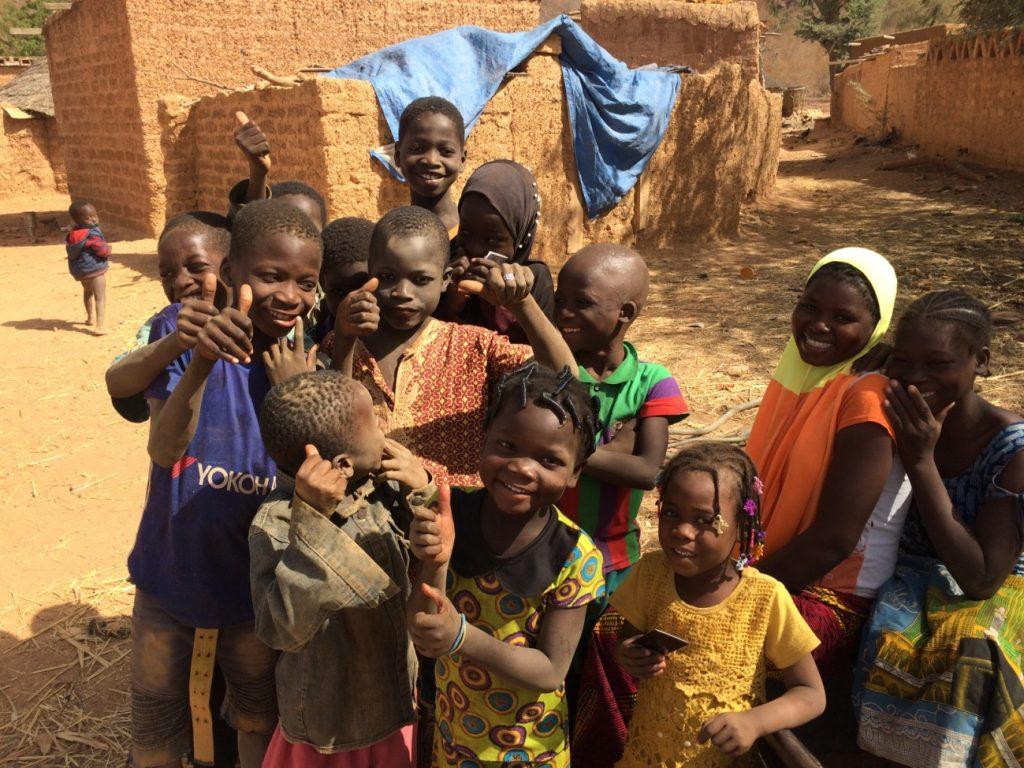 好奇心旺盛で人懐こい村の子供たち