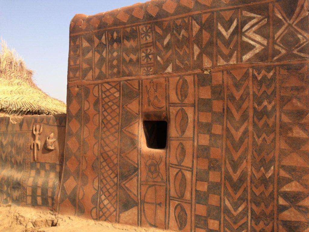幾何学模様の家。壁の模様を描くのは女性たちのお仕事