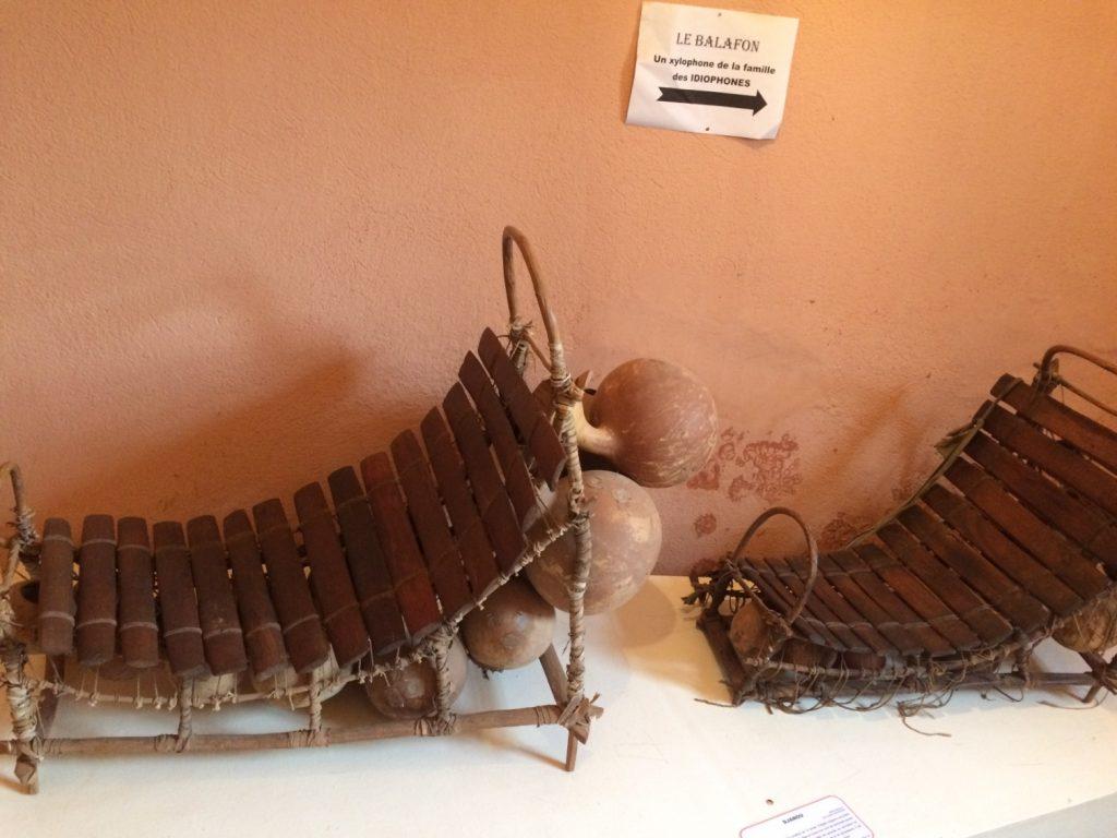 バラフォンと呼ばれる木琴。下に付いている丸いカラバシュ(ひょうたん)の大小で音量調整する