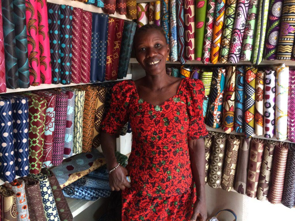 ボボデュラソの生地屋さん。素敵な布が安く買えるのもアフリカの魅力!3Mの布を7000CFAで購入(1CFA=約0.2円)
