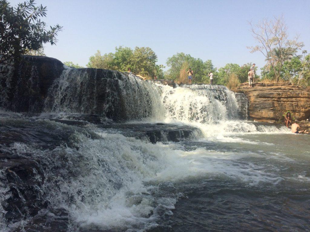 近くにある滝では泳ぐこともできる