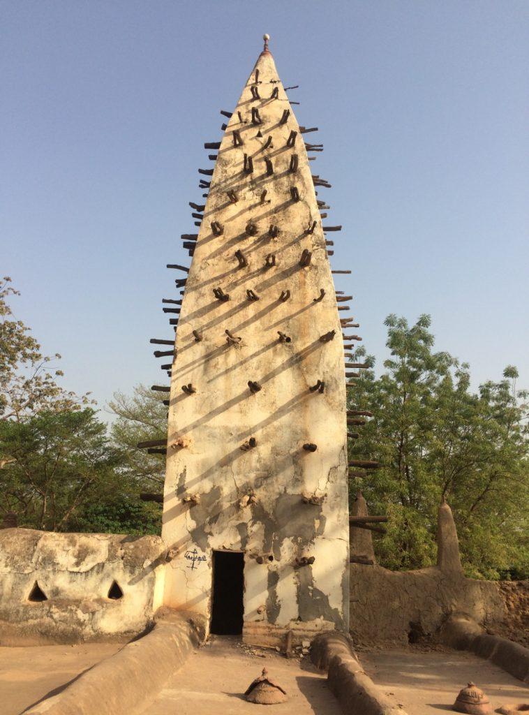スーダン様式の泥のモスクの一部(残念ながら改修工事中の為、この部分しか撮影できず・・)。壁から飛び出ている木は普段は装飾で、修復するときには足場に早変わりする