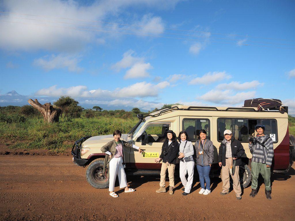 ケニア側ではサファリカーを乗り換えます。今まで、4名乗りのランドクルーザーを2台だったのですが、6名乗りの1台になります。この車体の長さ!大きさ!