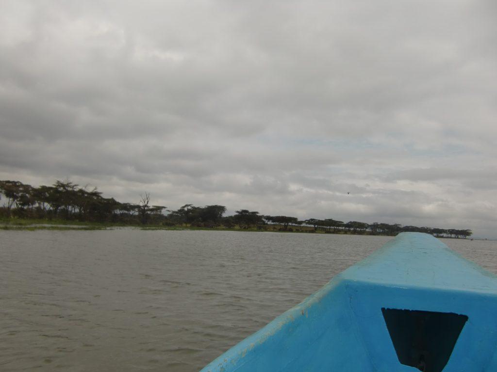 8人乗りボートで三日月島を目指します。