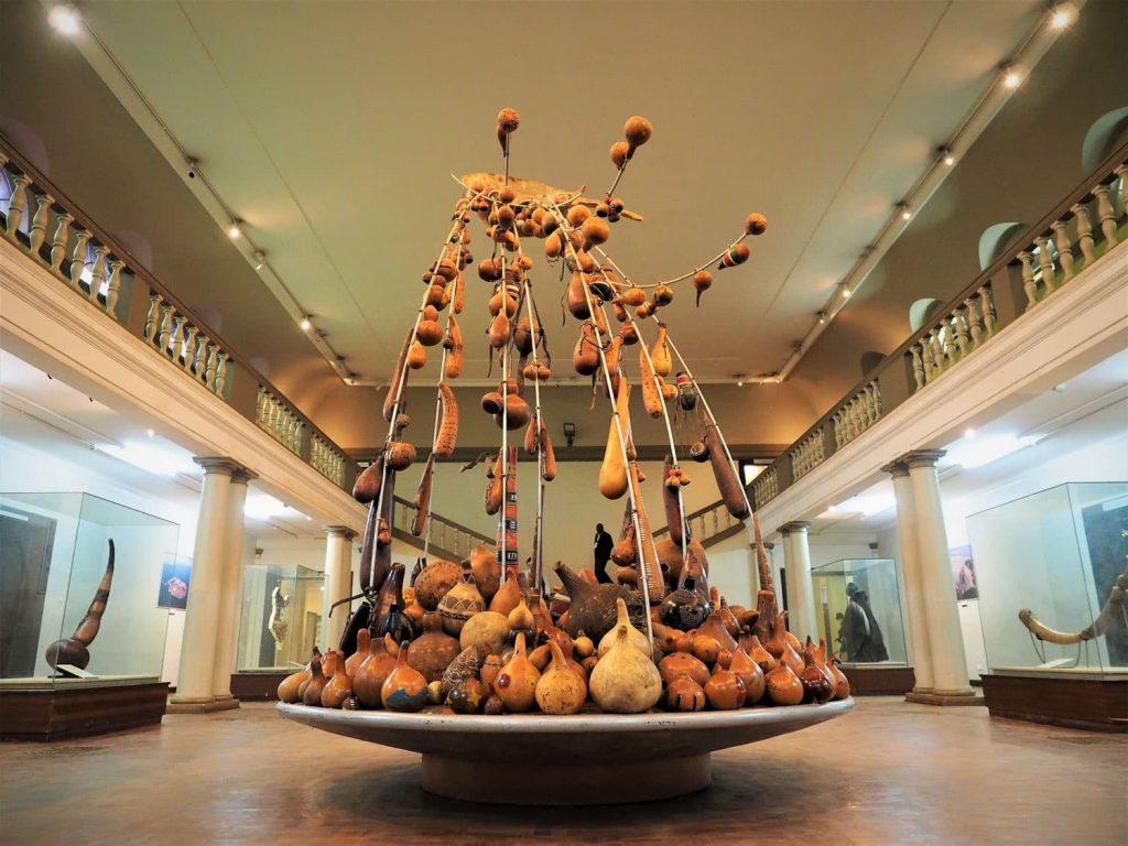 博物館のモニュメント。様々な種類のカラバッシュ(ヒョウタン)が象っています。42もの様々な民族が集まっている『ケニア』という国を表したものです。
