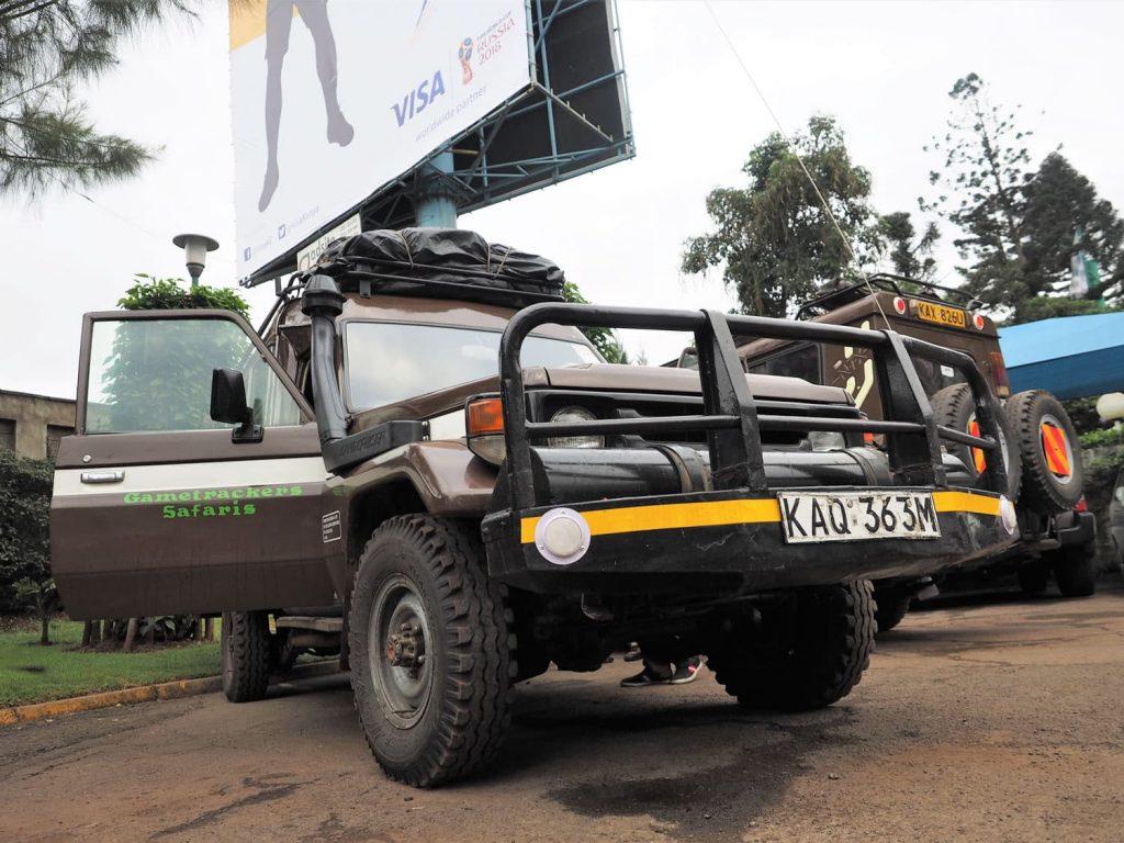 さて、荷物を積み込んでいよいよケニア北部への旅が始まります。未舗装が続くエリアですので、ここは堅牢なTOYOTAランドクルーザーで行きます。