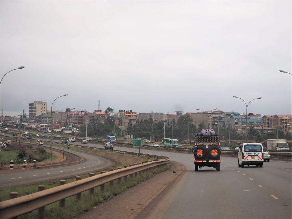ナイロビ市内の高速道路のTHIKAスーパー・ハイウェイを北上。ケニア唯一の8車線道路です。