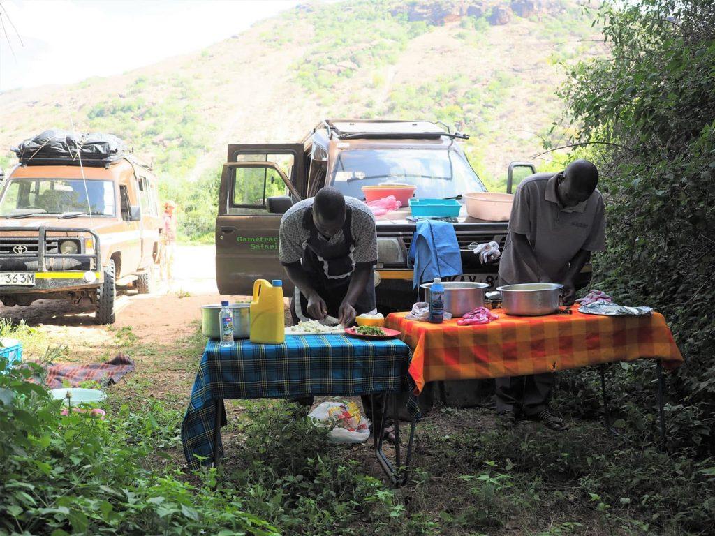 道中、ゆっくり食事を取れるようなレストラン等は殆ど存在しません。道すがら食糧を調達し、同行のコックさんが手料理をふるまってくれます。