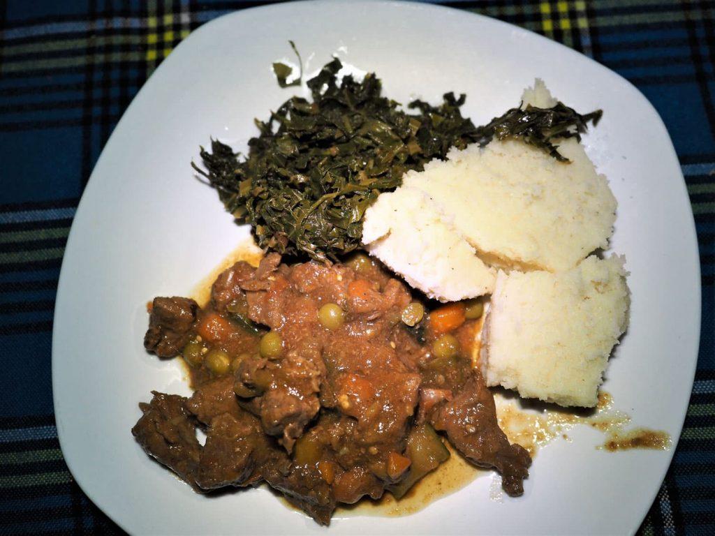 夕食もコックさんの手料理。ザ・ケニア料理。カランガ(牛肉煮込み)、スクマ(菜っ葉)、ウガリ(トウモロコシの粉を練り上げたもの)です。