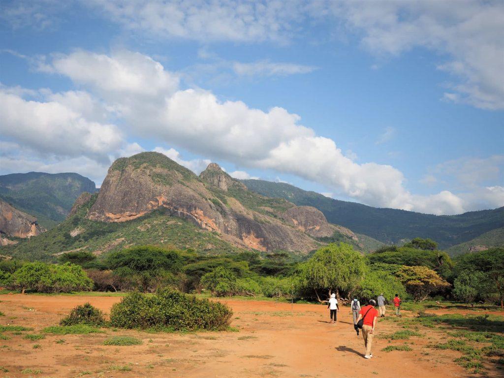 途中の壮大な景色の中をハイキング。