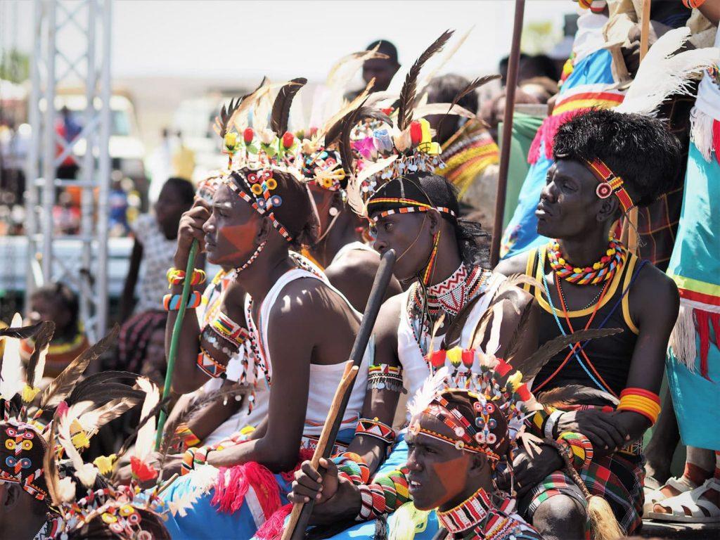 サンブルとトゥルカナの青年たちが混ざっています。普段は別の文化圏に住む人々同士の交流もフェスティバルの目的の一つです。