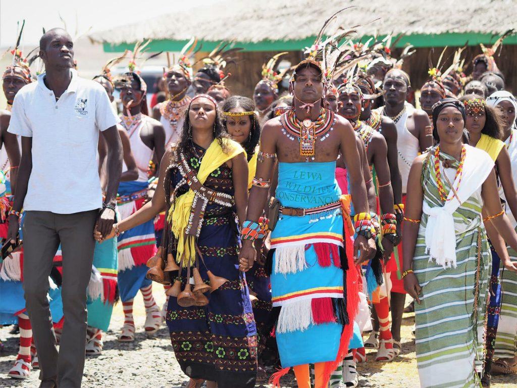 これも、フェスティバルならではの光景。向かって左側がサンブルの青年。正面で手を繋いでいるのはラクダ系遊牧民レンディーレの青年と、エチオピアに跨って暮らすボラナの女性、さらに右に居るのはチャルビ砂漠のガブラの女性です。様々な出自の人々が、文字通り手を取り合っています。