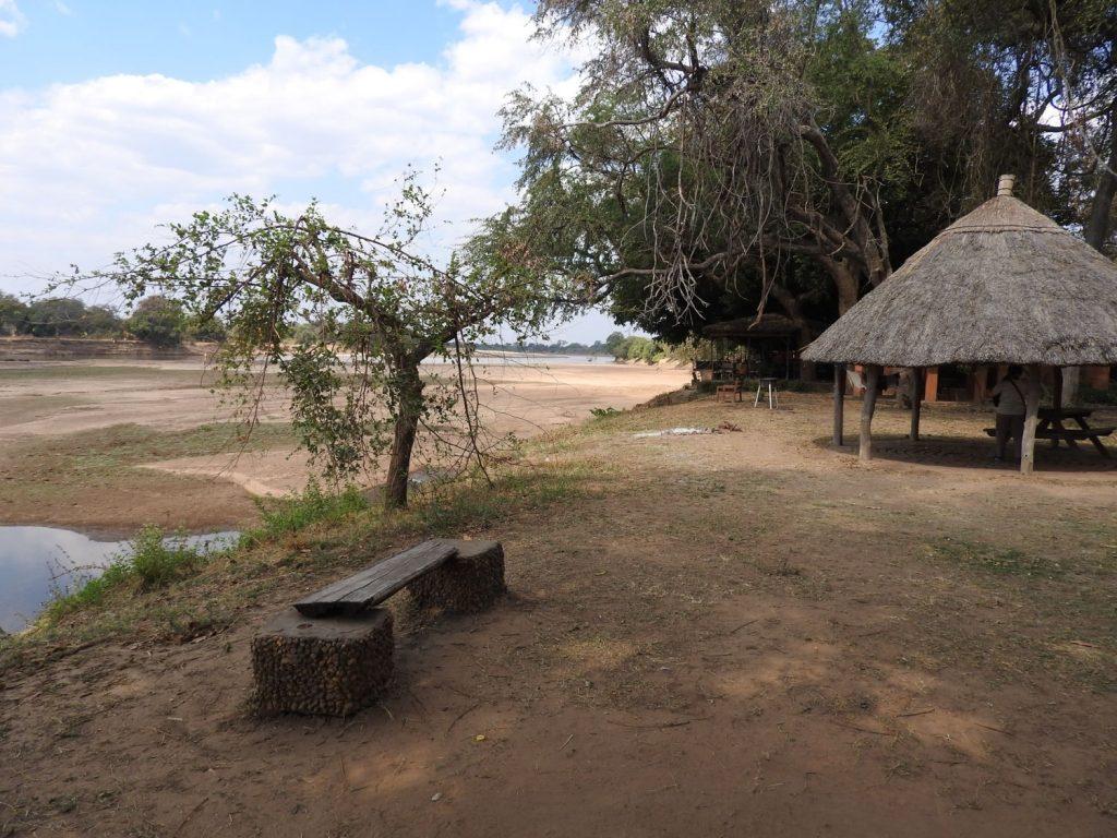 サウスルアングアのロッジの敷地内でキャンプをします。目の前にはルアングア川が流れています。