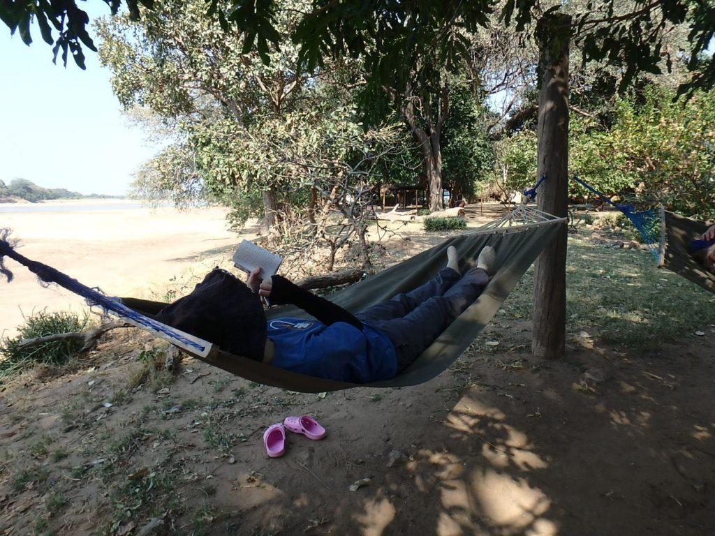 敷地内にはハンモックもあります。日なたは暑いけど日陰にいると気持ち良くて眠くなります。