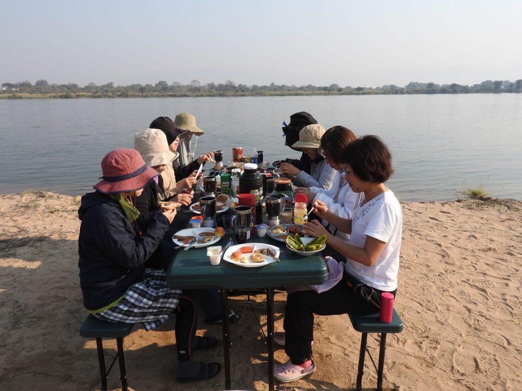 ザンベジ川のほとりで朝食は贅沢なひと時です。
