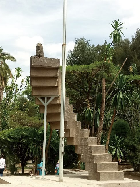 空に伸びる階段のモニュメント