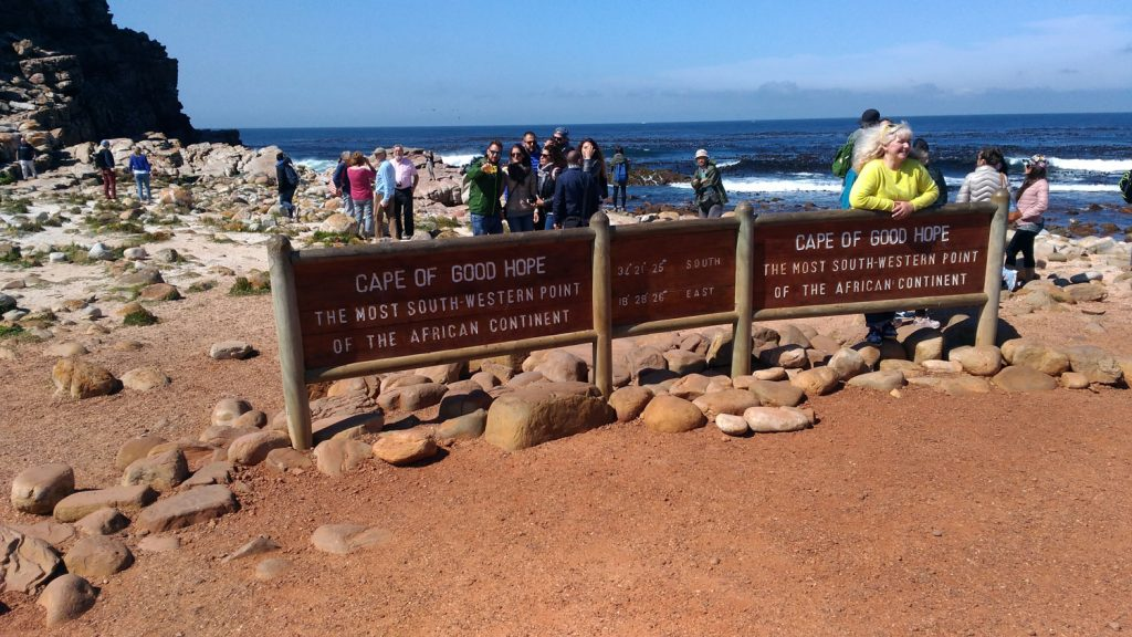 希望峰の看板前はいつも大勢の観光客で賑わいます