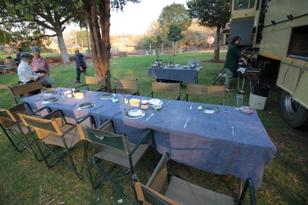 キャンプサイトではテーブルをセッティング
