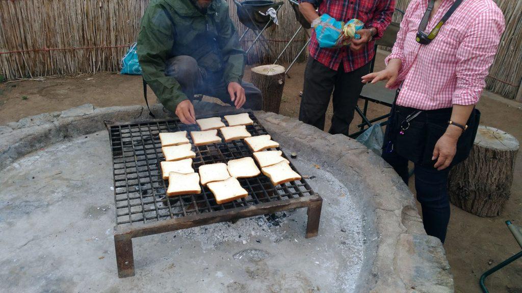 キャンプの朝は毎日炭でパンを焼きます
