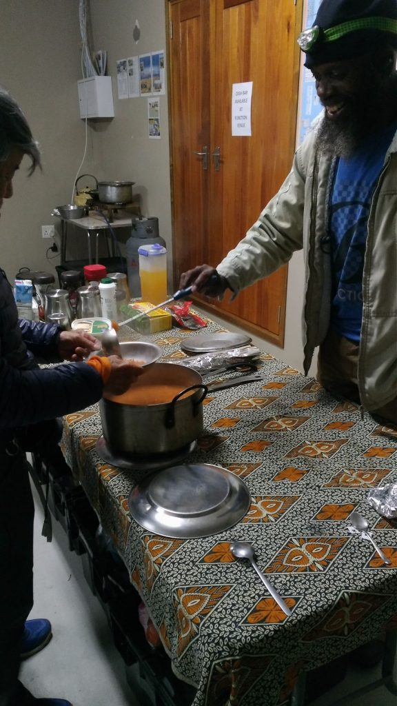 キャンプの夕食は同行のコックが工夫を凝らしていつも美味しいものを作ってくれました