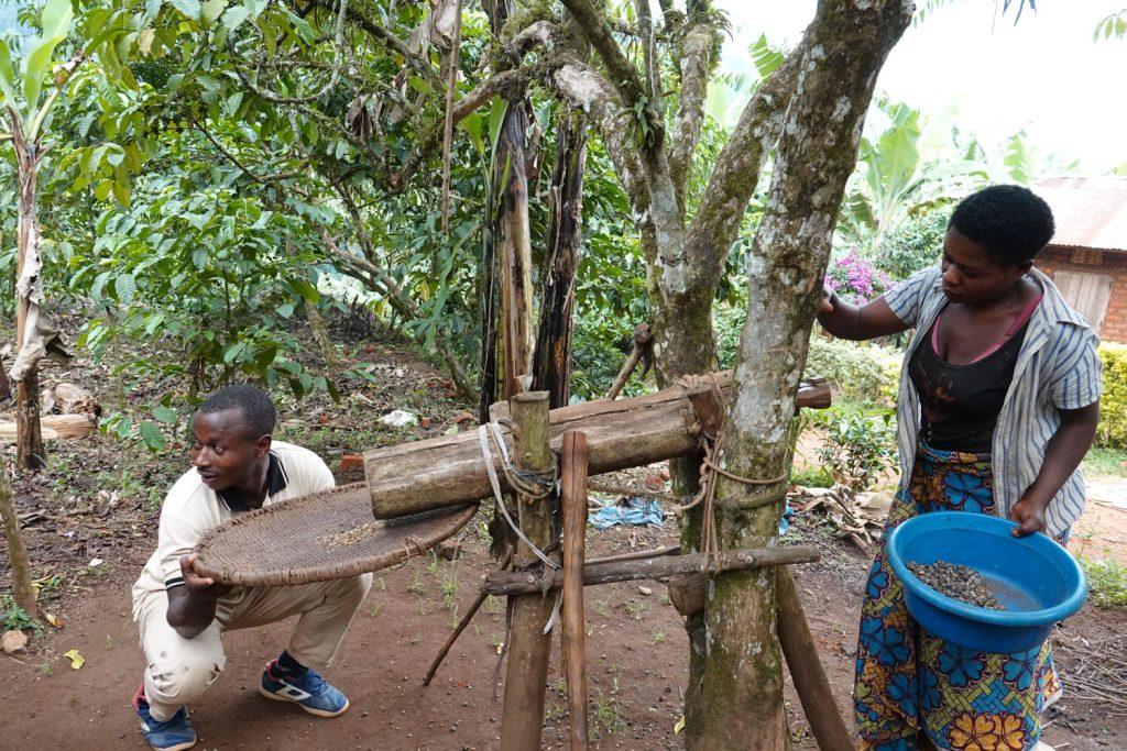 地元の村を訪問。コーヒ―の豆を挽いています。