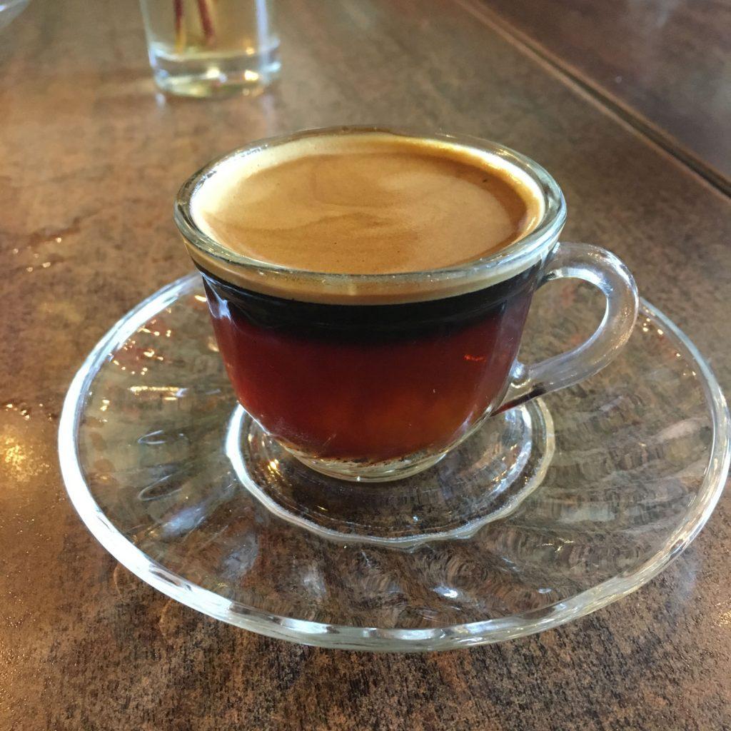 長時間のフライトを終え、エチオピア首都のアディスアベバでコーヒーブレイク!こちらはコーヒーと紅茶をミックスさせた「スプリース」。キレイな2層になっています。