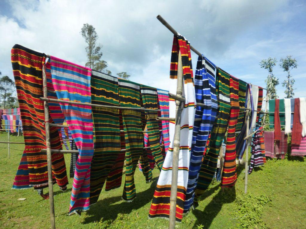 ドルゼといえば、布製品。多くのドルゼの人々は機織りを家業としており、布製品はエチオピアの中でも質が良く有名です。ドルゼという名前は現地の言葉で機織りという意味を指すそうです。ドルゼカラーは赤・黒・黄色ですが、道端に売られている鮮やかな布に心が躍るひとも多いのでは?