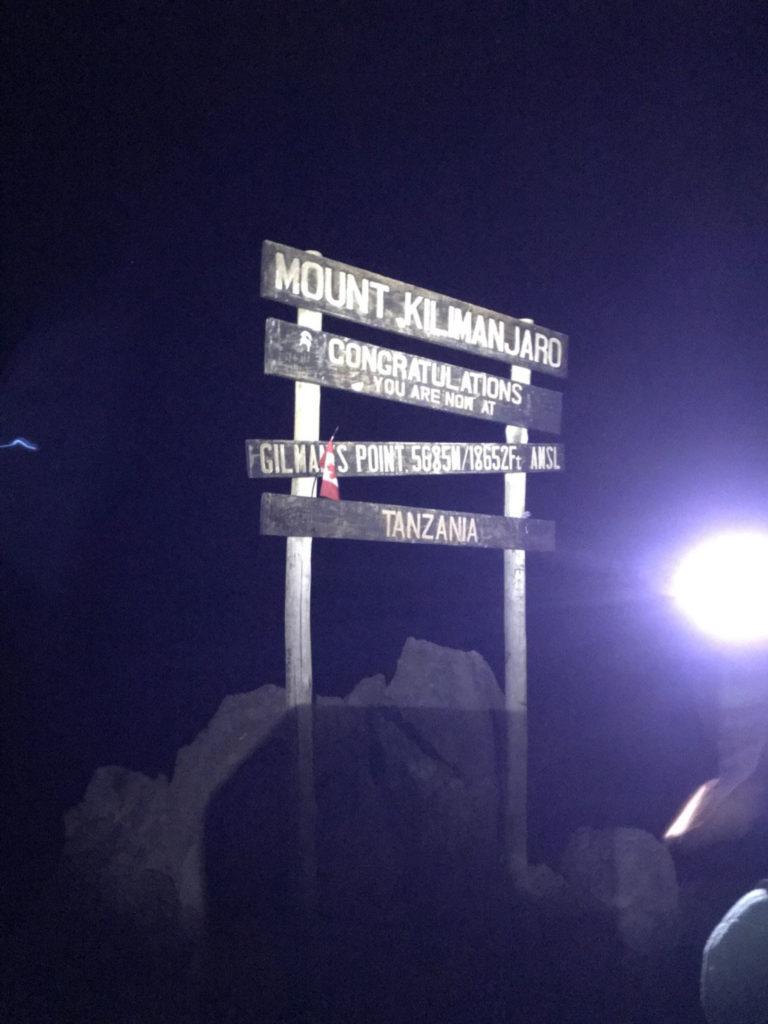 ギルマンズポイント5685mには夜明け前に到着