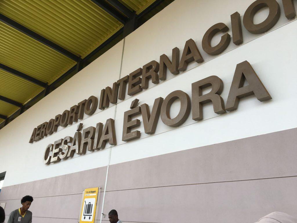 約1時間ほどで到着!カーボ・ヴェルデで最も有名な歌手セザリア・エボラさんが生まれた島ということで、空港名もセザリア・エボラ空港!