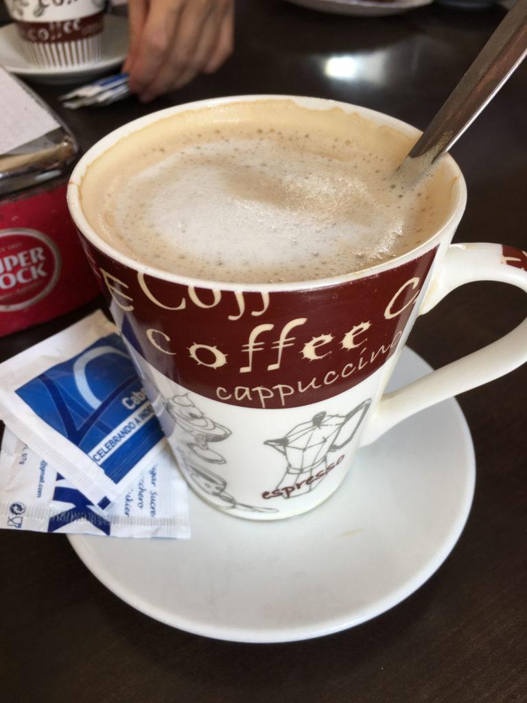 本日の目的地サントアンタン島のフェリーの時間まではサン・ヴィンセンテ島観光です。様々なビュースポット巡りとカフェで一息。ガラオンと呼ばれるコーヒーミルクがお勧めです。
