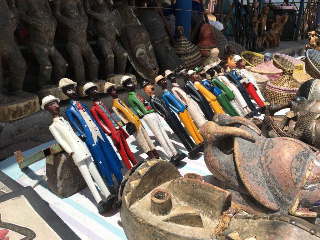 カラフルな布や木彫りのお土産もあります。