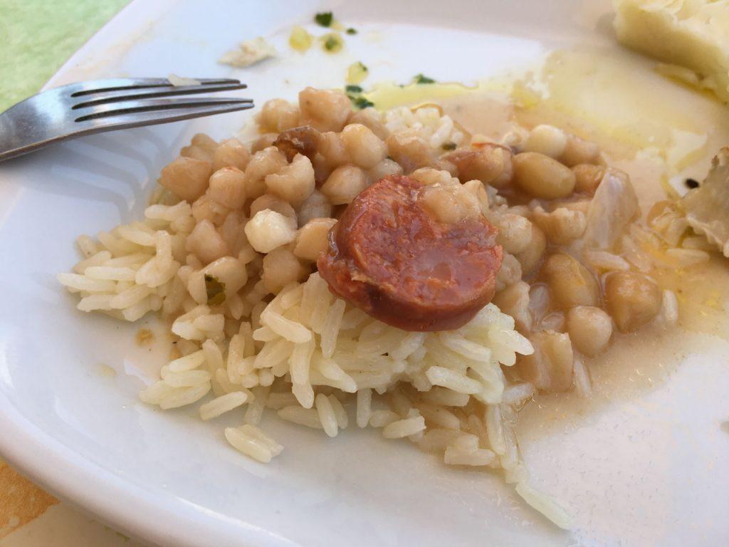 カーボ・ヴェルデのローカルフード「カチューパ」です!豆を煮込んだスープをライスと一緒にいただきます。家庭によって入れる具材も違うようです♪