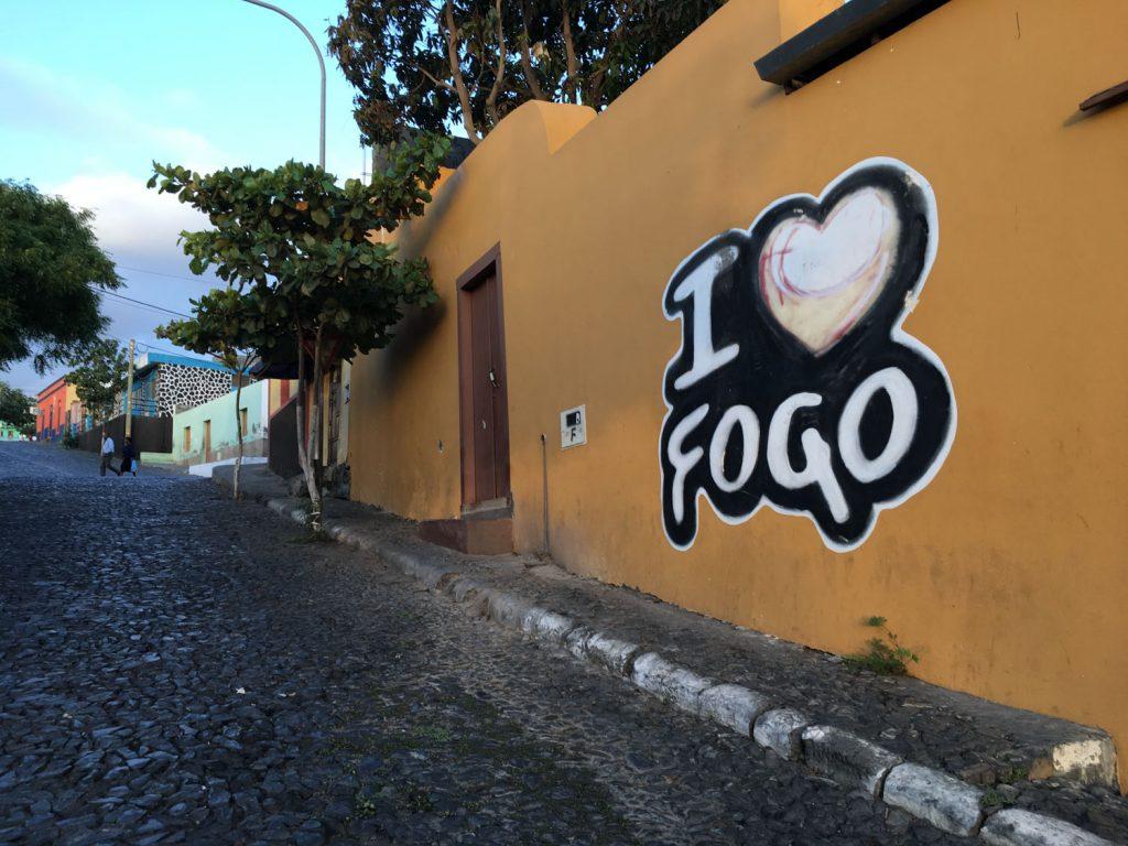 小さな空港に到着すると、数分でフォゴ島の中心地サン・フェリペ。町をぐるっとまわって、カルデラ内にある本日の宿へ向けて出発です!