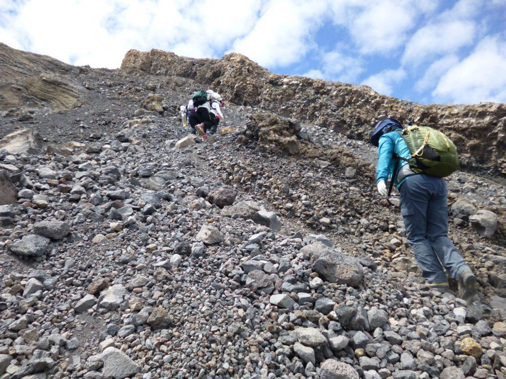 頂上に近づくにつれて風も強くなってきます。(防寒着は必須です)
